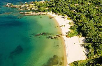 尼亞薩湖畔的一片白色沙灘。圖片來自:Consider Africa。