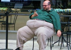 Obese man smoking a cigarette in Philadelphia, Pennsylvania (Photo by Blick Calle)