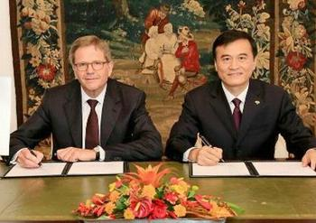 The MoU is signed in Wolfsburg by Jochem Heizmann, president and CEO of Volkswagen Group China, left, and An Jin, who chairs JAC Motors, Sept. 7, 2016 (Photo courtesy Volkswagen AG)